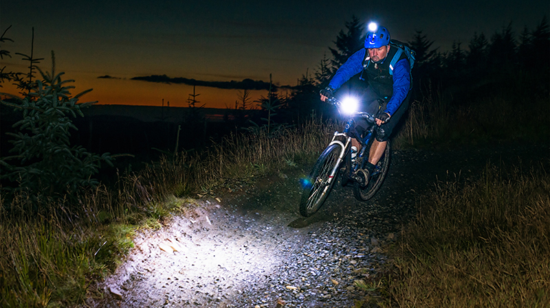 best-mountain-bike-lights-review-riding-at-night